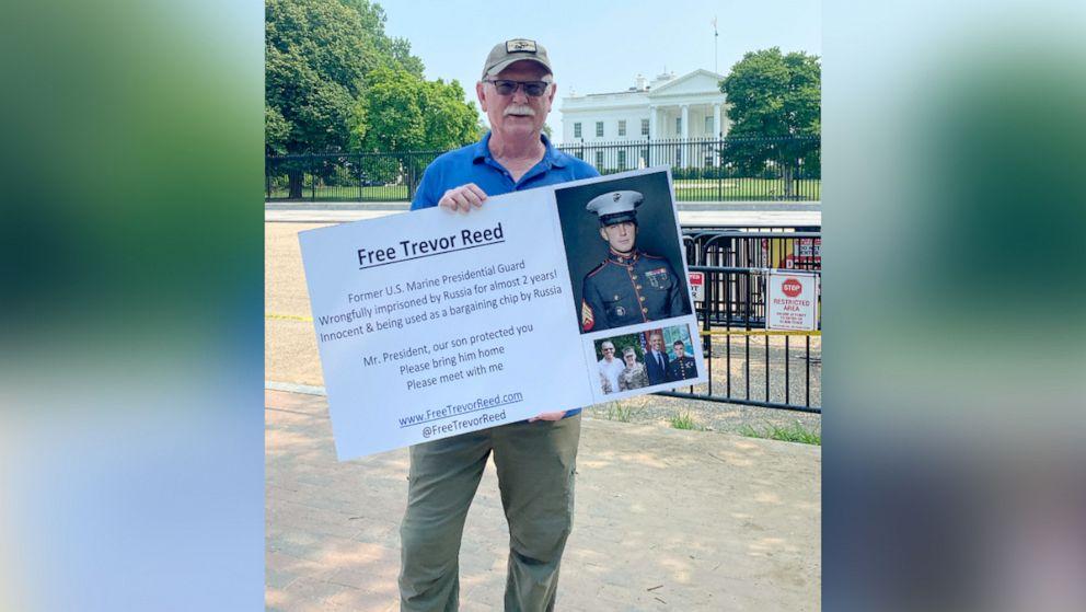 """Ayah Trevor Reed Memprotes Di Luar Gedung Putih, Mengatakan Dia """"Berharap"""" Untuk Pembebasan Putranya Setelah KTT Biden-Putin"""